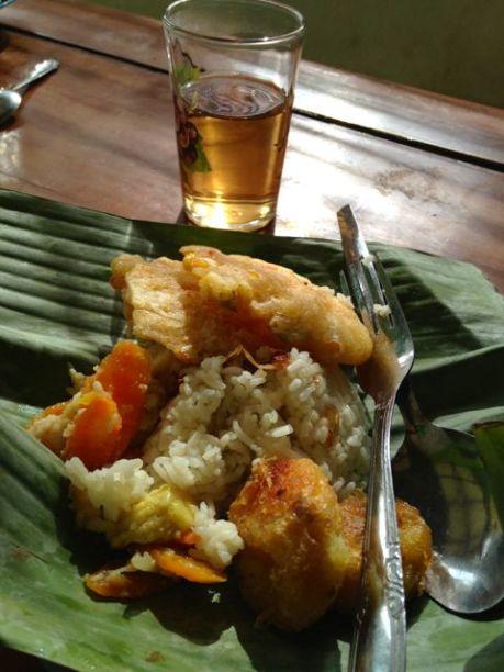 Ce matin là, c'était street food : beignets de pomme de terre, fritters (beignets avec des carottes, du soja et du maïs), des légumes (un peu) et du riz.